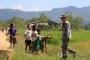 지난 21일 미얀마 서부 라카인 주에서 무슬림 무장단체 색출 작전을 진행 중인 미얀마 국경 경찰대 소속 경찰관을 마을 어린이들이 호기심 어린 눈으로 바라보고 있다. [AFP=연합뉴스자료사진]