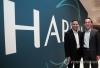 손영권 삼성전자 사장(오른쪽)과 디네쉬 팔리월 하만 CEO가 5일(현지시간) 미국 라스베이거스의 하드락 호텔에 마련된 하만 전시장에서 기념촬영하고 있다. 2017.1.6 [삼성전자 제공=연합뉴스]