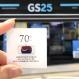 GS25 점포앞에서 끝까지 찾아야 할 122609 태극기  캠페인 기념 태극기 배지를 들고 있다