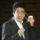 천 마스크 벗는 아베 총리 (도쿄 교도=연합뉴스) 아베 신조 일본 총리가 지난 22일 오전 일본 총리관저에서 기자들의 질문에 답하기에 앞서 마스크를 벗고 있다. 2020.7.23